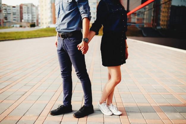 Mooi stel buiten heeft een romantische fotosessie. hoge kwaliteit foto