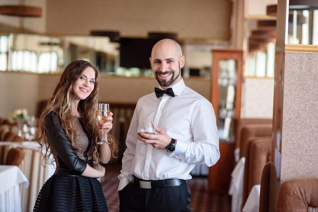 Mooi stel dat champagne viert en drinkt in het restaurant