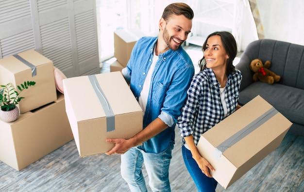 Mooi stel voelt zich erg extatisch over hun recente aankoop van een nieuw huis, waardoor ze het gevoel hebben op het punt van geluk te staan