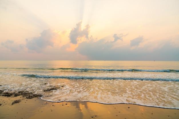 Mooi strand en zee op zonsopgangtijd