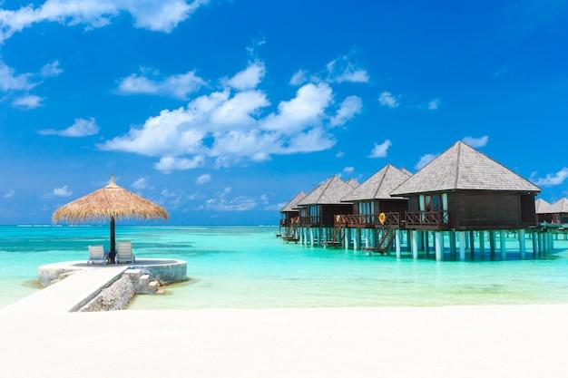 Mooi strand met waterbungalows op de malediven