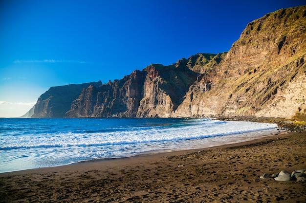 Mooi strand playa de los guios in los gigantes, tenerife, canarische eilanden, spanje