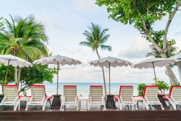 Mooi strand stoelen met parasol rond buitenzwembad poep