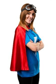 Mooi superheldmeisje met haar gekruiste wapens Premium Foto