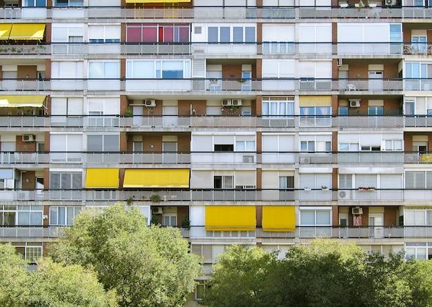 Mooi symmetrisch schot van een lang flatgebouw