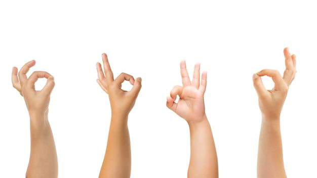 Mooi teken. kinderen handen gebaren geïsoleerd op een witte studio achtergrond, copyspace voor advertentie. menigte van kinderen gebaren. concept van kindertijd, onderwijs, voorschoolse en schooltijd. tekenen en zintuigen.