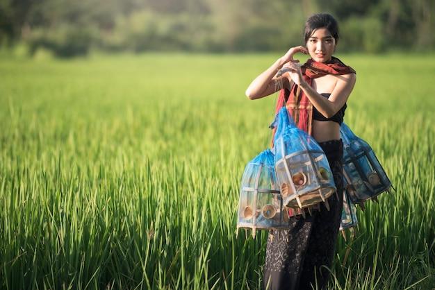 Mooi thais meisje in thais kostuum, aziatische vrouw die traditionele thaise cultuur draagt