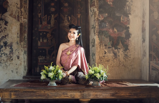 Mooi thais meisje in traditionele klederdracht