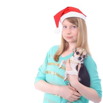 Mooi tienerkerstmeisje met de kleine hond