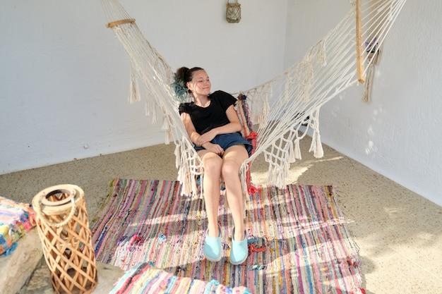 Mooi tienermeisje dat in een hangmat rust. lifestyle, vrije tijd, vrije tijd, tieners jeugd