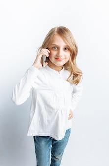 Mooi tienermeisje dat op mobiele telefoon spreekt