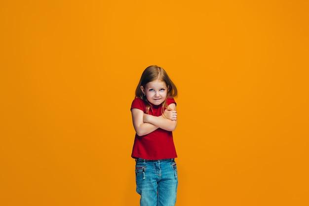 Mooi tienermeisje dat verrast en verbijsterd geïsoleerd kijkt