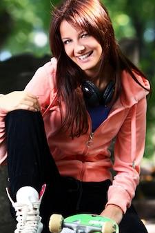 Mooi tienermeisje met hoofdtelefoons in het park