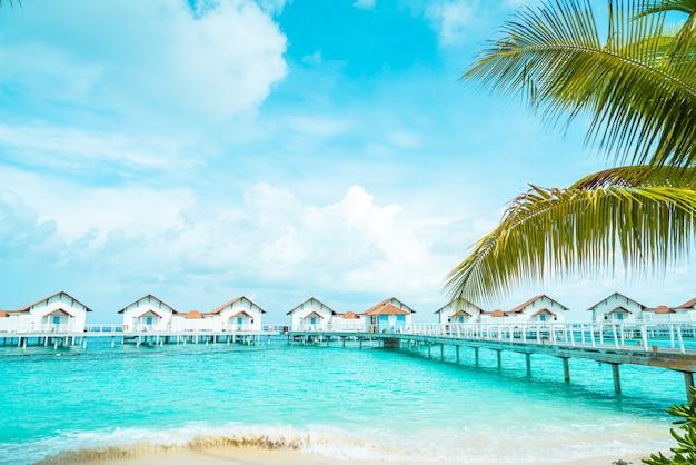 Mooi tropisch de toevluchthotel en eiland van de maldiven met strand en overzees