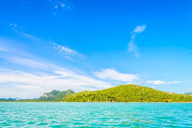 Mooi tropisch eiland, strand, zee en oceaan