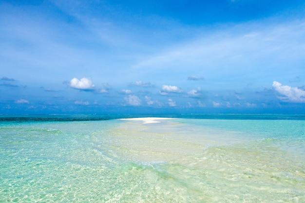 Mooi tropisch eiland van de maldiven met strand. zee met waterbungalows