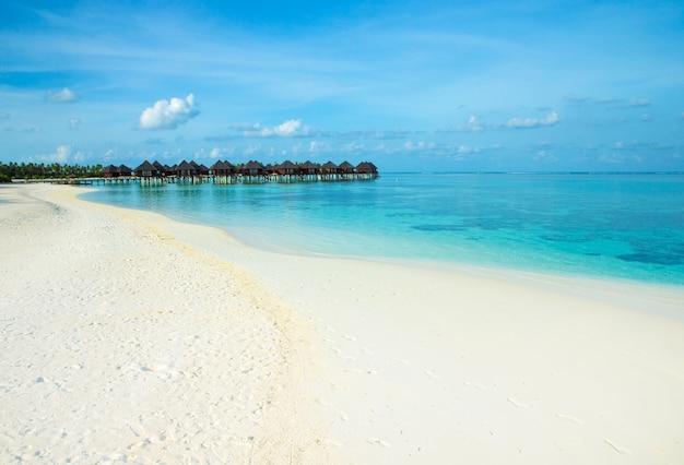 Mooi tropisch eiland van de maldiven met strand. zee met waterbungalows Premium Foto