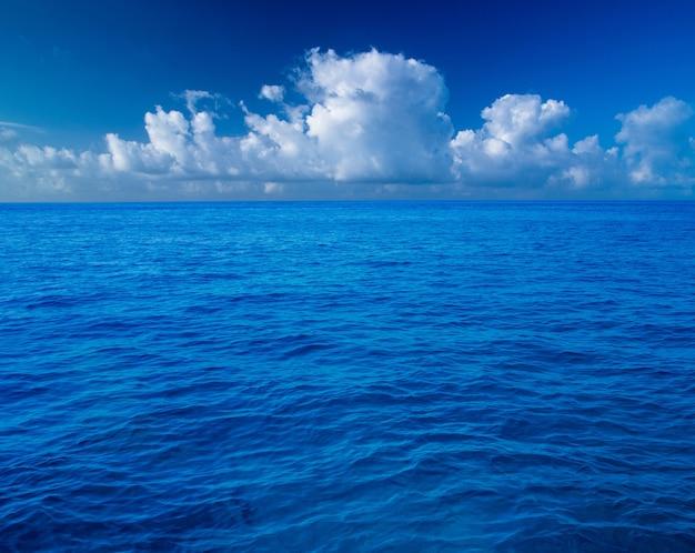 Mooi tropisch eiland van de maldiven met strand.