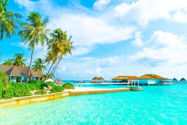 Mooi tropisch resorthotel in de maldiven en eiland met strand en zee