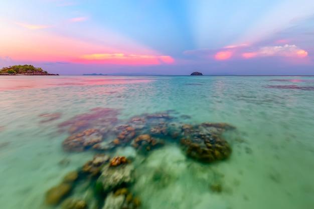 Mooi tropisch strand bij zonsopgangstrand, koh lipe-eiland, satun, thailand