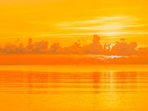 Mooi tropisch strand en overzees oceaanlandschap met wolk en hemel in zonsopgang of zonsondergangtijd
