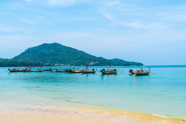 Mooi tropisch strand en zee in paradijs eiland