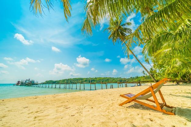 Mooi tropisch strand en zee met kokosnotenpalm in paradijseiland