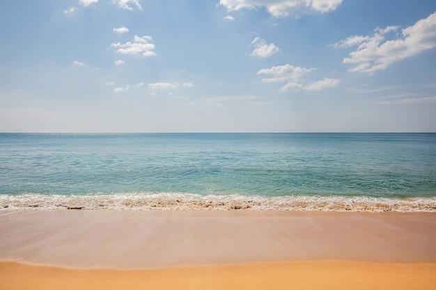 Mooi tropisch strandzand en zee