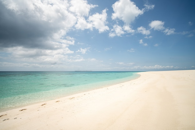 Mooi tropisch wit zandstrand en de zee