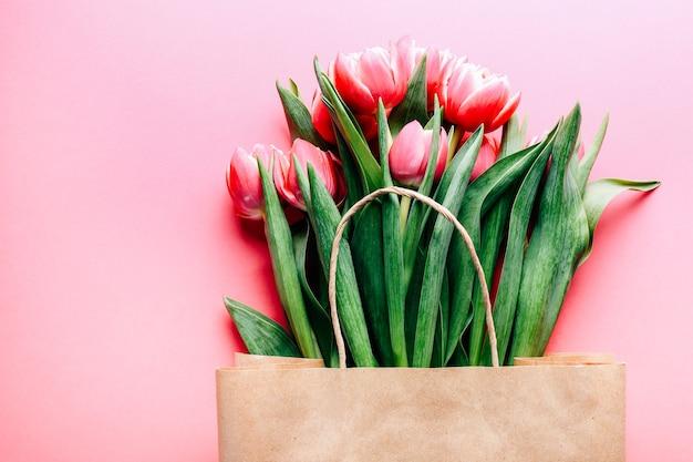 Mooi tulpenboeket in zak op roze