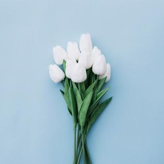 Mooi tulpenboeket op bluebackground