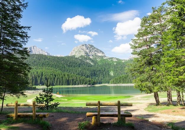 Mooi uitzicht op blauw meer en bergen