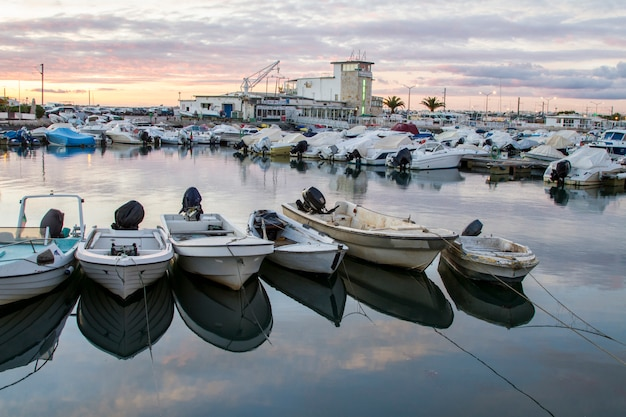 Mooi uitzicht op de jachthaven van de stad faro, portugal.