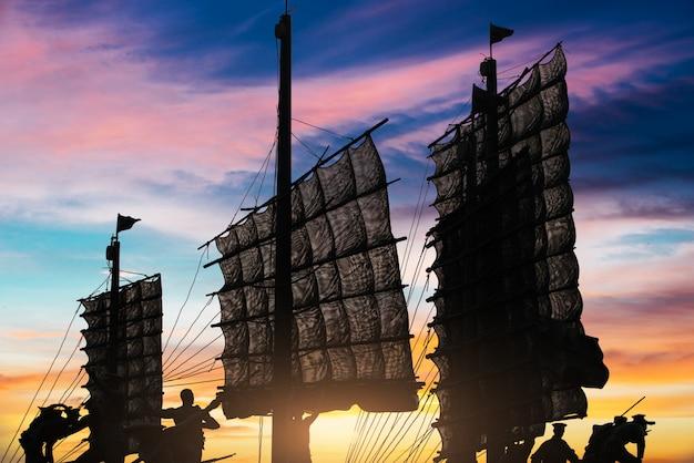 Mooi uitzicht op de zeilboten in de zonsondergang