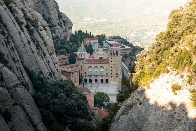 Mooi uitzicht op de zonsondergang van het klooster van montserrat, barcelona, spanje