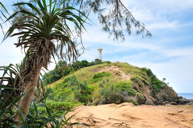 Mooi uitzicht op een steenachtige groene heuvel met een vuurtoren
