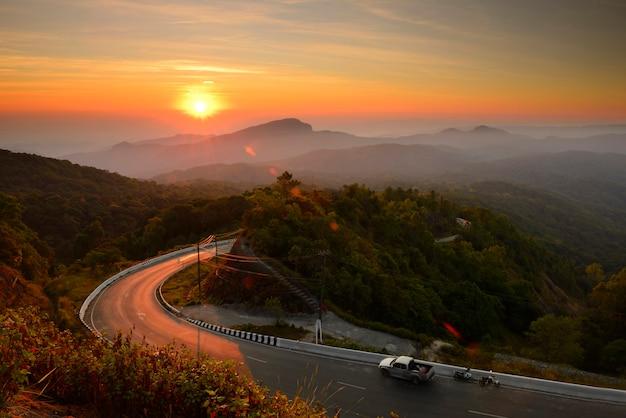 Mooi uitzicht op het landschap van de winterzonsopgang
