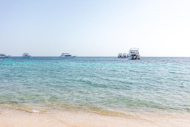 Mooi uitzicht op schepen op zee bij helder zonnig weer.