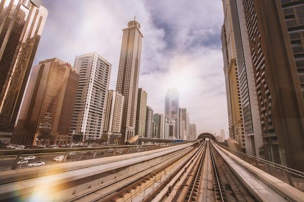Mooi uitzicht vanaf de metro bij wolkenkrabbers in het centrum van dubai