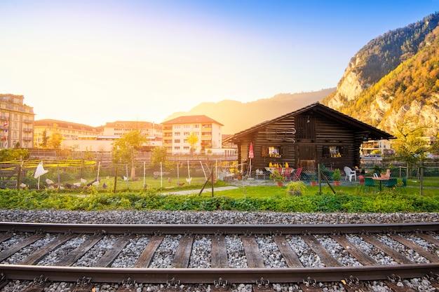 Mooi van de berg en het dorp van alpen bij de herfst in kanton interlaken, zwitserland