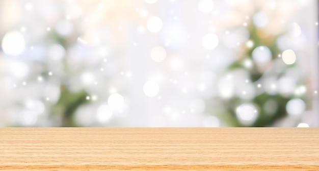 Mooi van kerstboom met sneeuwvaleffect achtergrond en houten textuurvloer