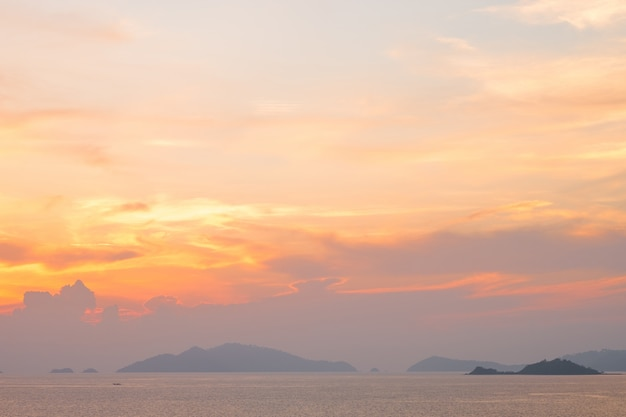 Mooi van zonsondergang met kleurrijke hemel in de reis van het de zomertijdconcept, vakantie en vakantie.