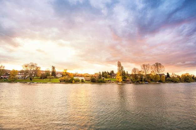 Mooi van zonsondergangmeer en berglandschap in zwitserland