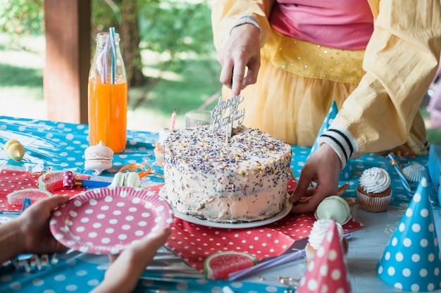 Mooi verjaardagsconcept met chocoladecake