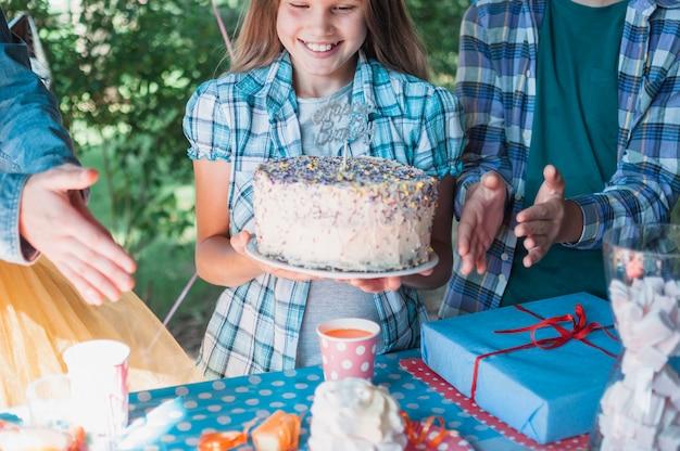 Mooi verjaardagsconcept met gelukkig meisje
