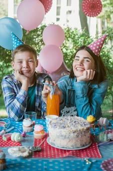 Mooi verjaardagsconcept met gelukkige familie