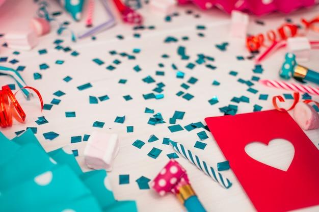 Mooi verjaardagsconcept met kleurrijke partijelementen