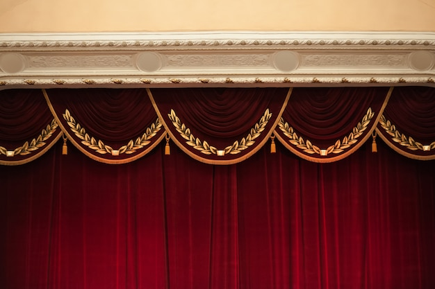 Mooi versierde rode gordijnen in het bovenste gedeelte van het theater
