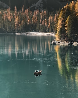 Mooi verticaal schot van mensen die in het meer varen