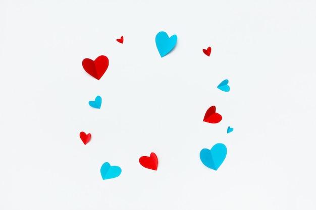 Mooi vierkant wit frame met copyspace voor tekst op witte achtergrond versierd met handgeschept papier harten